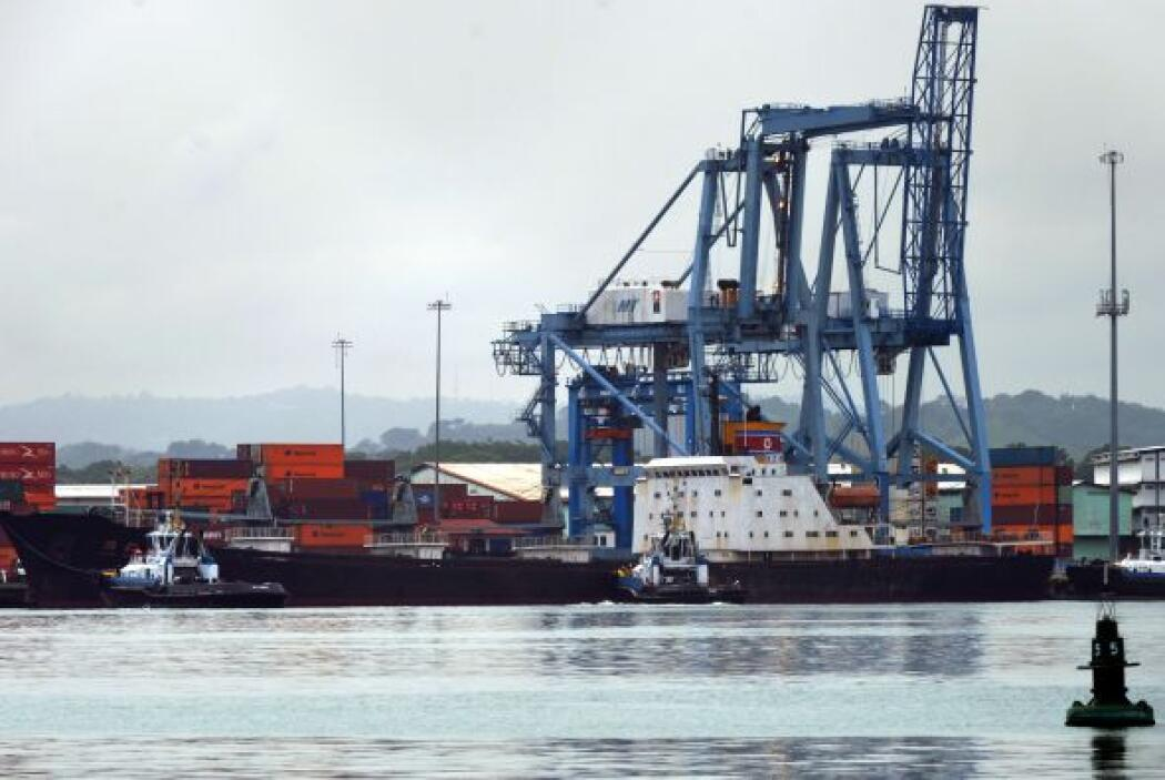 Las autoridades panameñas mantienen retenida y sometiendo a un registro...