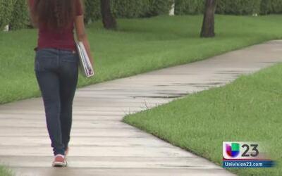 Estudiantes van a escuela sin mochila tras amenaza de bomba
