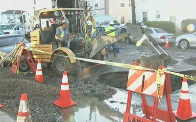 Graves daños materiales por la ruptura de una tubería en una calle de Lo...