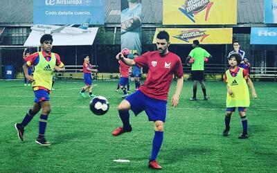 'El Guaje' Villa disfruta con la actividad de su academia de fútbol.
