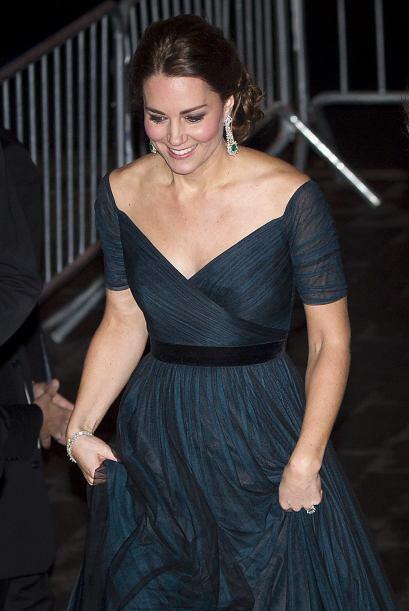 Kate decidió repetir modelito en esta ocasión. Usó un hermoso vestido az...