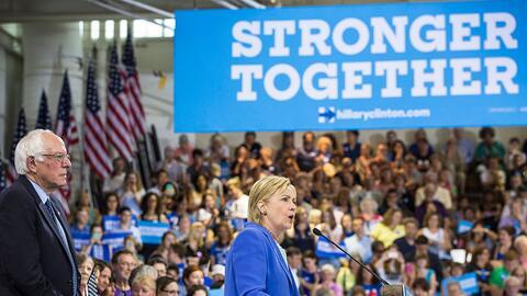 El senador Bernie Sanders y la aspirante presidencial demócrata Hillary...