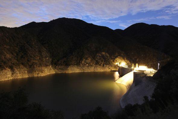 Las luces de la Represa Morris en Azusa, California iluminan los bajos n...