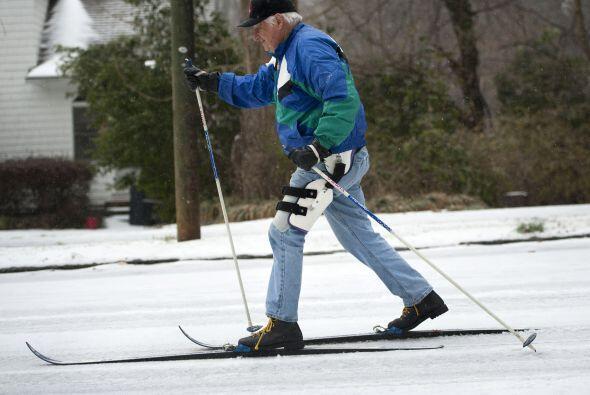 Con los esquíes bien puestos para no caerse y poder hacer las compreas d...