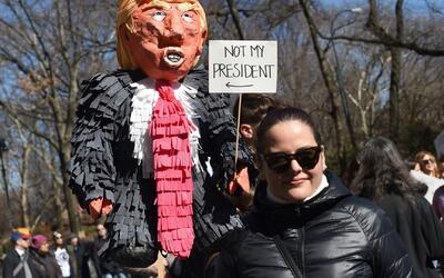 Durante el Día de los Presidentes, miles de manifestantes protestan en c...