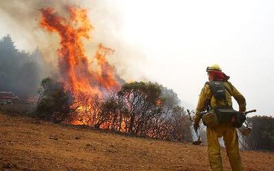Un pueblo en California amenazado por las llamas de un incendio