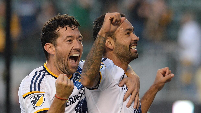 Juninho y Dan Gargan celebran el gol del brasileño contra Real Salt Lake