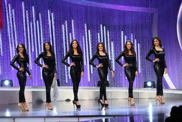 El primer reto de la noche fue muy divertido. Seis chicas contaron histo...