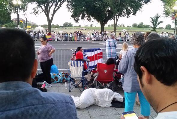 Tras horas de espera, estas personas estaban listas para la llegada del...