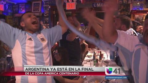 Fanáticos de Argentina hace sentir su pasión futbolera