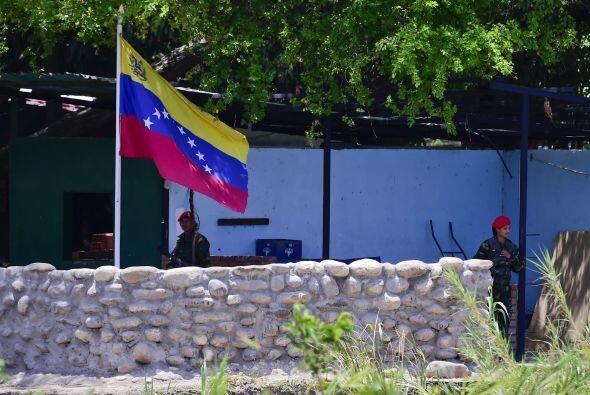 Miembros de la Guardia Nacional de Venezuela guardan en su lado del río...