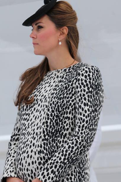 Un vestido con estampados pequeños para una reunión o cena. Puedes logra...