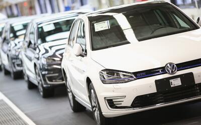 Fábrica de Volkswagen en la Baja Sajonia produciendo al Volkswage...