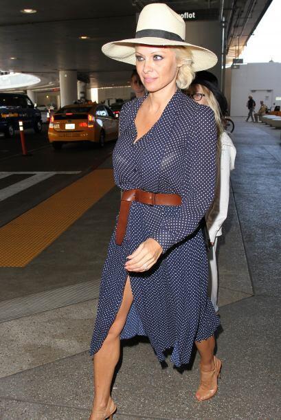 ¡Pamela Anderson prefiere las telas vaporosas para recibir esta cambiant...