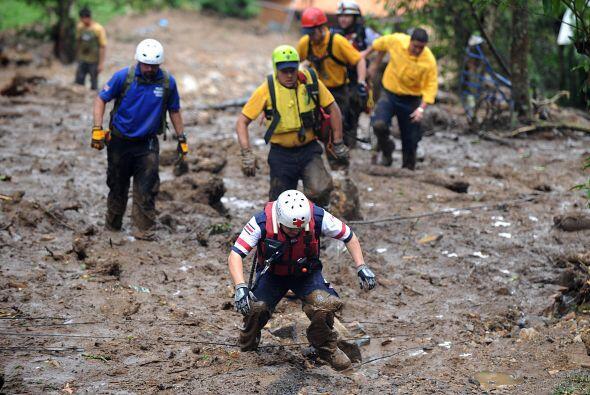 Las dificultades del terreno y la constante lluvia no permite a los cuer...