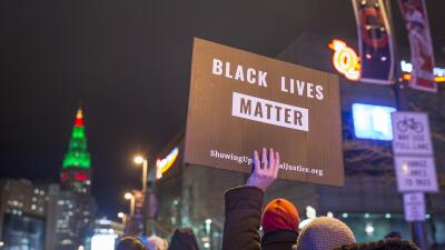 Manifestante con la pancarta Black Lives Matter.