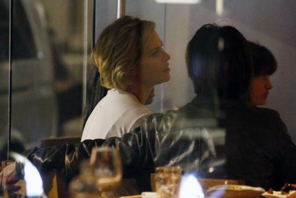 No cabe duda que Sean y Charlize forman una bella pareja y una hermosa f...
