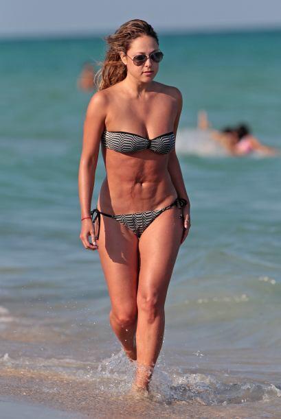 Vanessa salió del mar y nos dejó ver su bella figura una v...