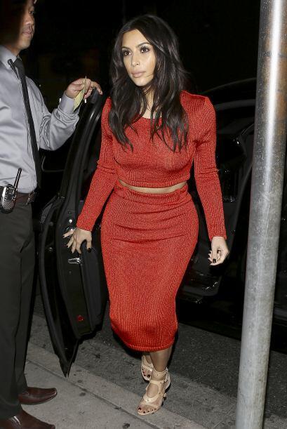 Kim completó su look con unas sandalias en tono beige. Más...