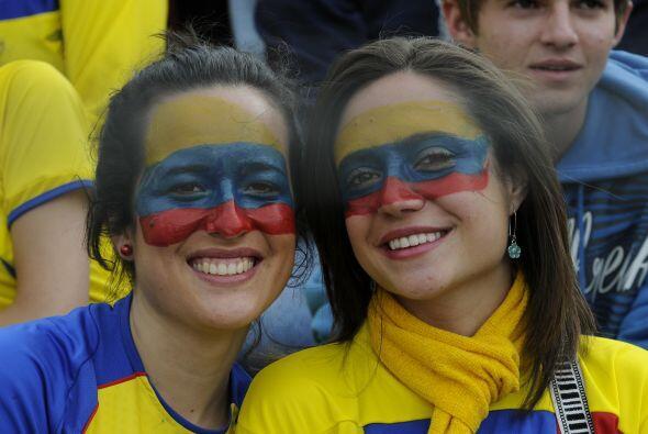 Contentas y sonrientes las aficionadas ecuatorianas derrocharon belleza...