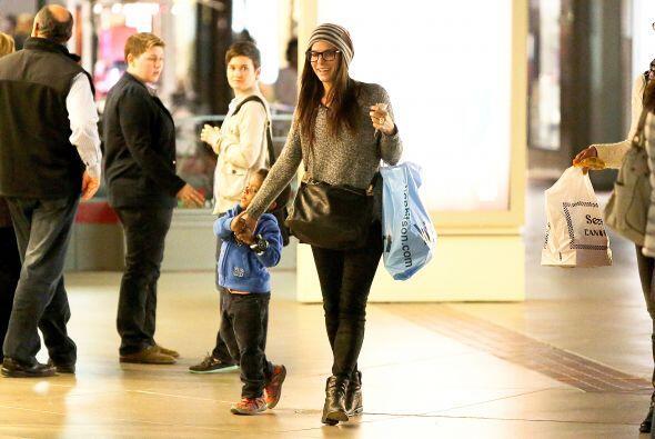 Louis se veía adorable con su sudadera azul y tennis rojos. Mira aquí lo...