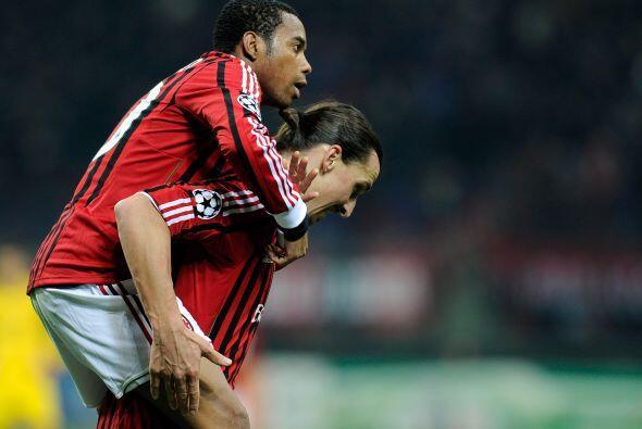El brasileño corrió a festejar su tanto con Zlatan Ibrahim...