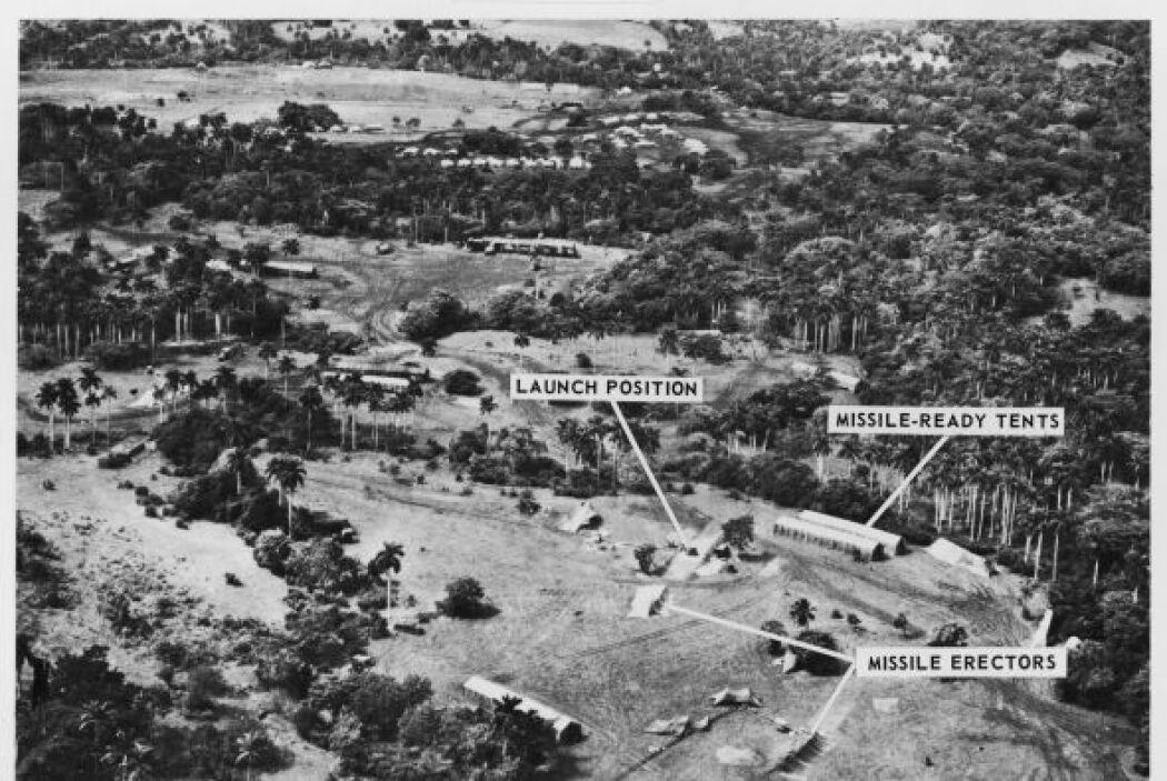 Una foto de octubre de 1962 de un avión espía de una base de cohetes de...