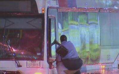 Hispano ayuda a rescatar a varias personas de bus de Metro inundado
