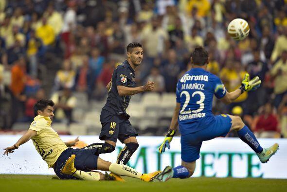 Ismael Sosa, el delantero chileno de Pumas tuvo un contragolpe en el jue...