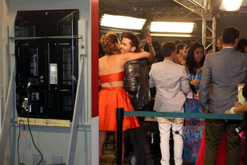 Al final de su entrevista, el cantante se despidió con un gran abrazo de...