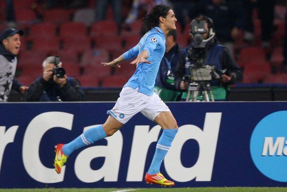 El uruguayo Edinson Cavani tuvo un excelente partido y ponía en v...