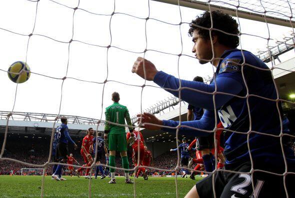 A pesar del esfuerzo del brasileño Rafael, el Liverpool se puso 1 a 0 ar...