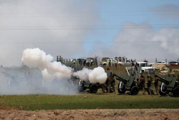 Acto seguido, un total de 21 salvas de cañón se dispararon en honor del...