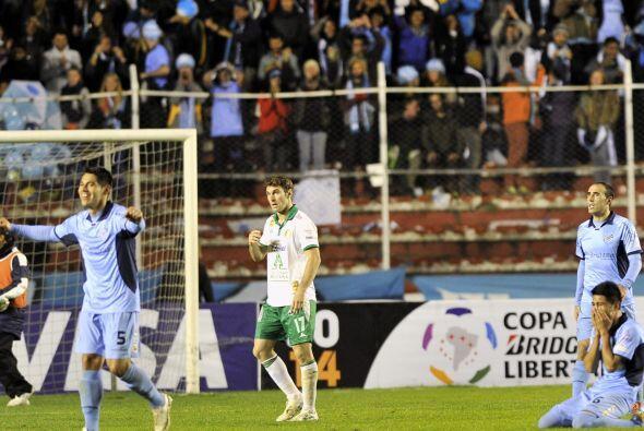 Los jugadores de Bolívar festejan su pase a la siguiente fase de...