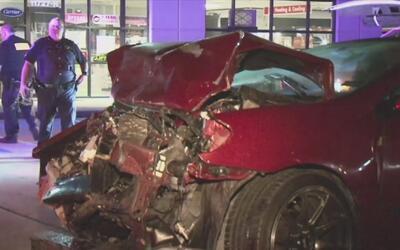Conductor que conducía presuntamente ebrio estrelló su auto contra una p...