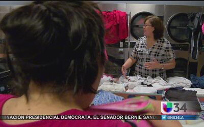 Voluntarios ayudan a desamparados a lavar su ropa
