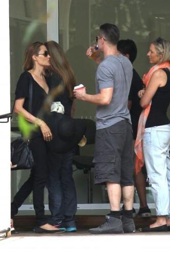 Otro paseo muy bello para los Jolie-Pitt. Mira aquí los videos más chism...