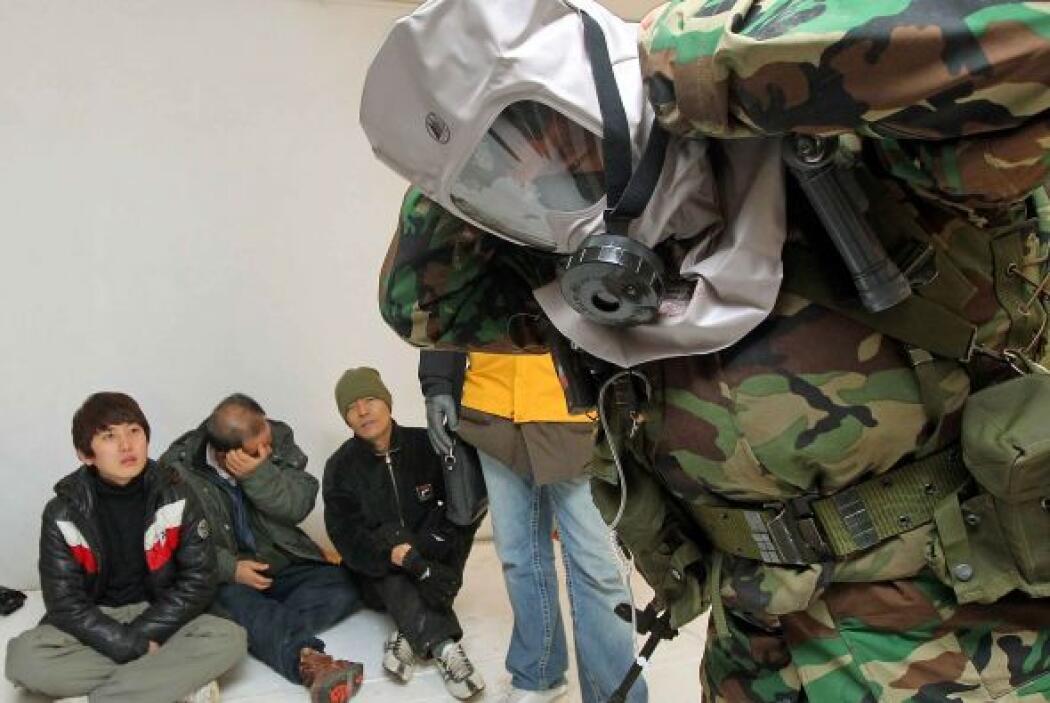 Los militares indicaban a detalle cómo colocar las máscaras para no cont...