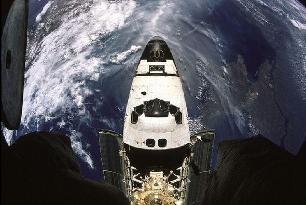 Imagen de la Tierra y del transbordador espacial de la NASA Atlantis.