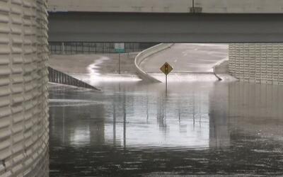 Algunas vías principales en Houston continúan cerradas por acumulación d...
