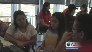 Decenas de jóvenes acudieron a FAFSA por ayuda financiera para seguir es...