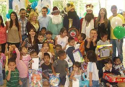 Fueron docenas de niños que quedaron boquiabiertos al ver llegar...