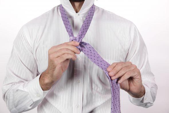 ... coloca el lado ancho por dentro del triángulo del cuello...