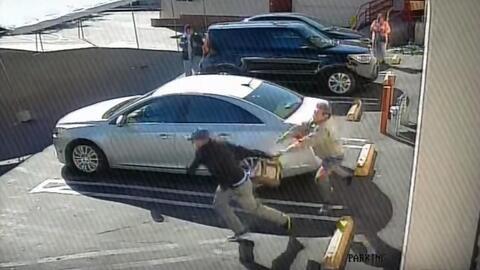 Momento en el que el ladrón agarra la bolsa de las limosnas de la iglesia