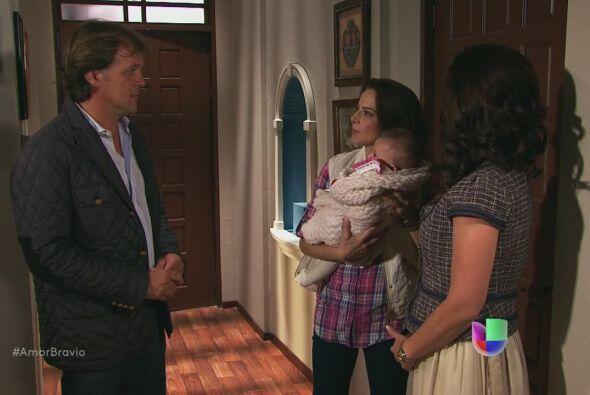 Camila sostiene en brazos a Ágata, es un momento agradable, hasta...