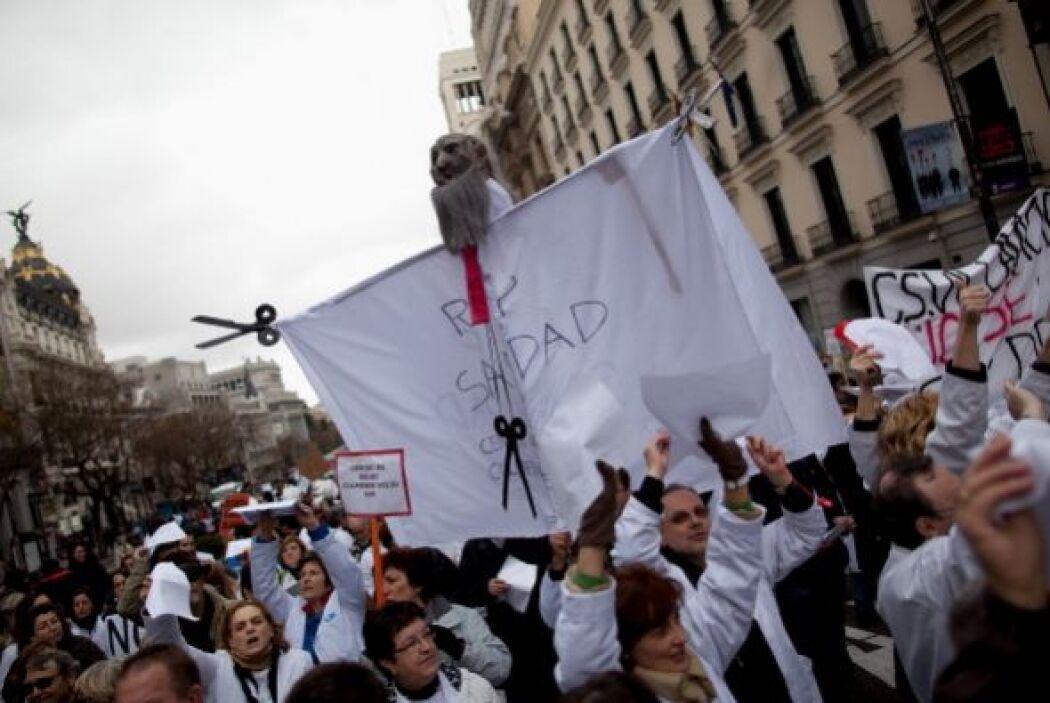 Muchos de ellos iban vestidos con su batas blancas de trabajo o con cami...