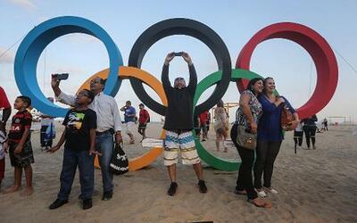 Los anillos olímpicos, hechos con material reciclado, en la playa de Cop...