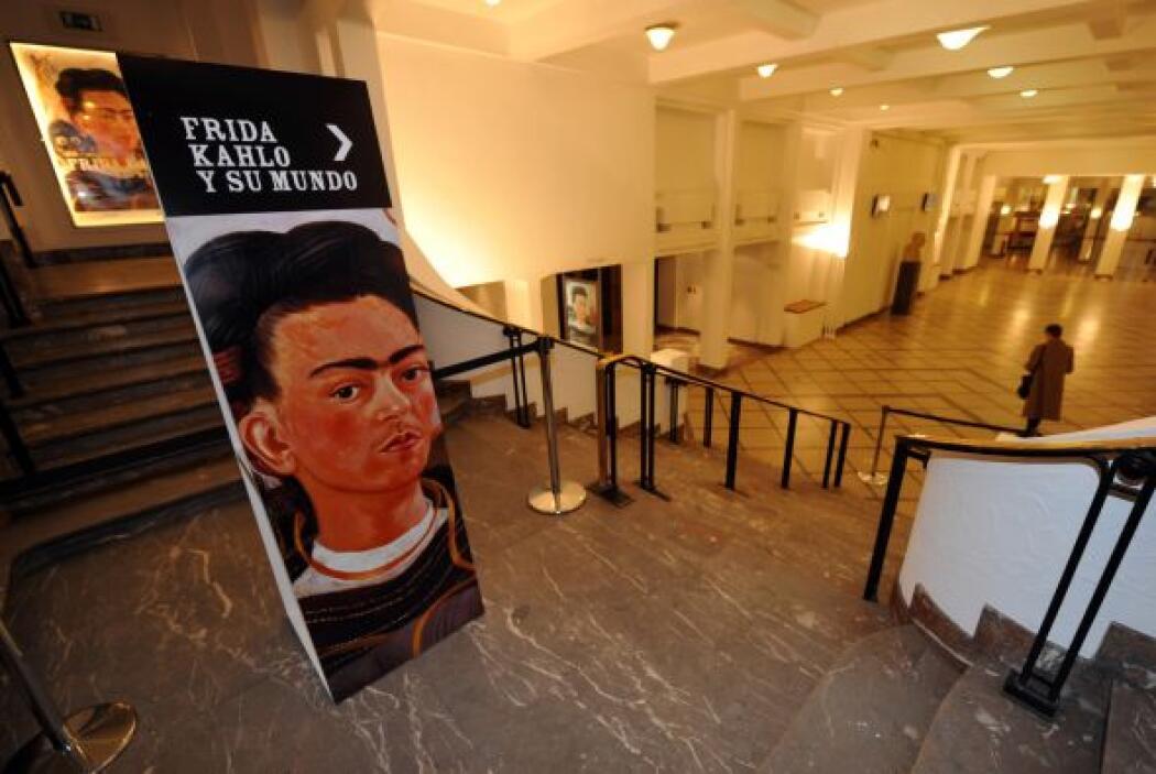 Kahlo contrajo poliomielitis en sus primeros años de vida, lo que afectó...