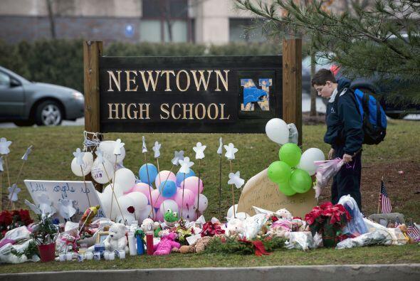 Diciembre 14- Mueren 27 personas, entre ellas 20 niños, a causa de un ti...
