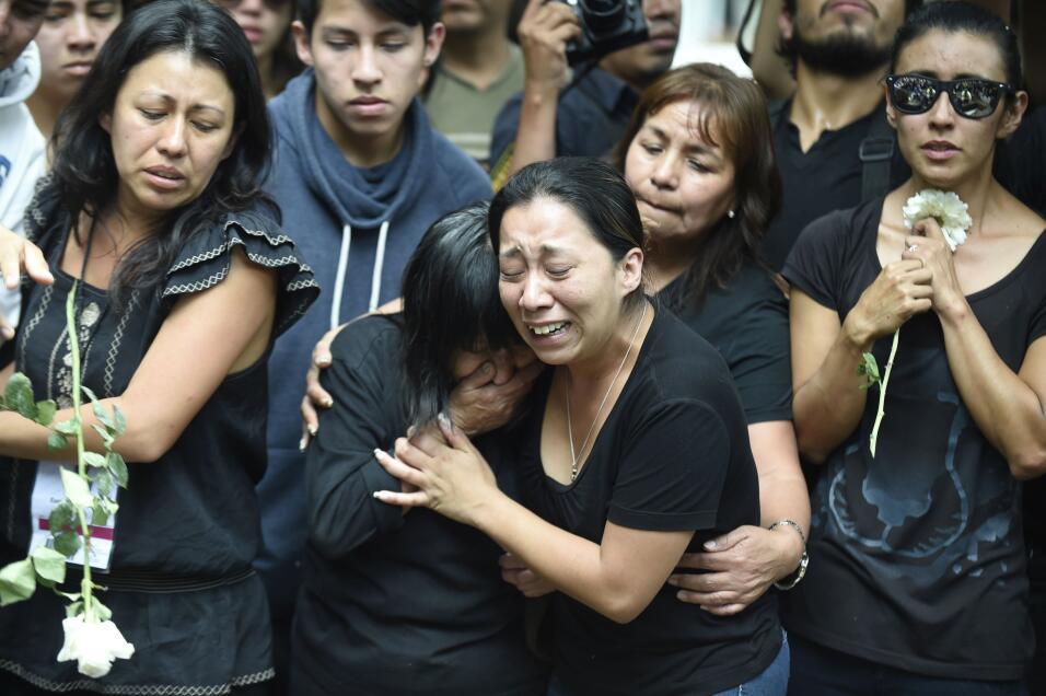 Familiares del fotoperiodista asesinado Rubén Espinosa durante la llegad...